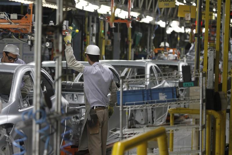 Dez atividades foram responsáveis pela queda da indústria, entre elas, veículos automotores