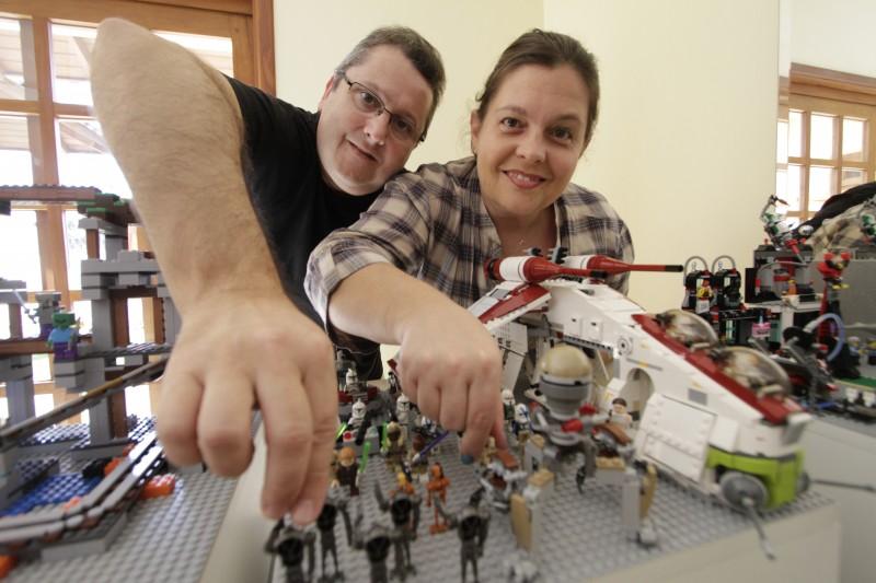 ENTREVISTA COM CASAL QUE PRODUZ DECORAÇÃO PARA FESTAS COM LEGO    NA FOTO: MARCOS ANGELIM E LISIANE NICKITITZ