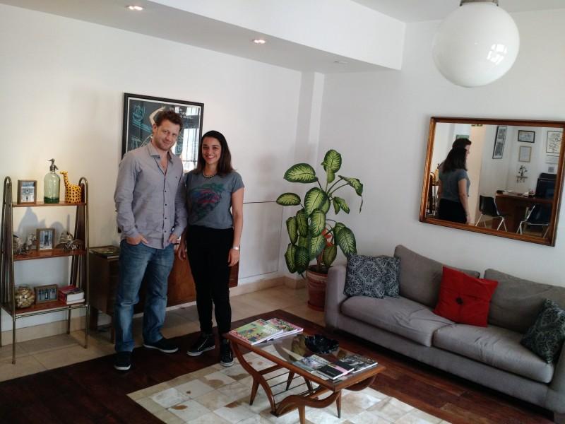 A brasileira Mariana Pereira e o inglês Ali Mason, proprietários do Hotel Querido, no bairro Villa Crespo