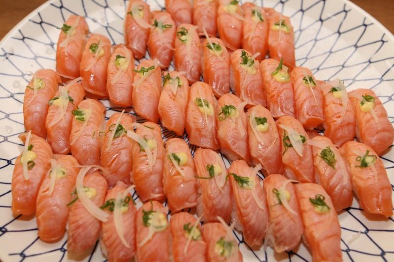 A cor alaranjada do peixe criado em cativeiro é resultado de corante