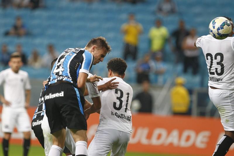 Zagueiro Bressan superou a defesa para marcar o gol do jogo