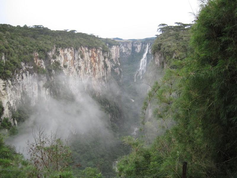 Cachoeira Véu de Noiva, nos Aparados da Serra, é uma das belezas naturais da Trilha do Vértice