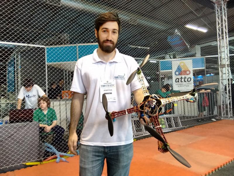 Filipe Ghesla auxilia os alunos da Rede Marista no desafio de drones
