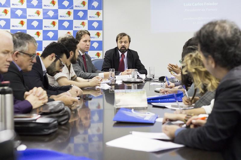 Para presidente da Famurs, Luiz Carlos Folador (c), emendas de obras podem esperar em favor da educação