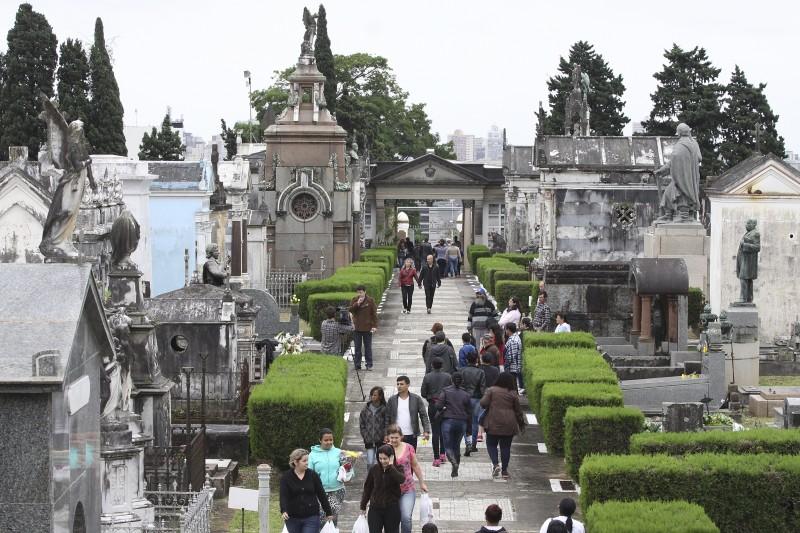 No cemitério da Santa Casa, o mais antigo da cidade, houve atos de solidariedade e apresentações artísticas