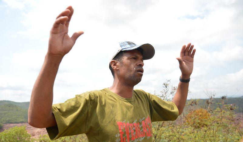Marcos Eufrásio, morador da área afetada pelo rompimento de barragem no distrito de Bento Rodrigues, zona rural de Mariana, em Minas Gerais