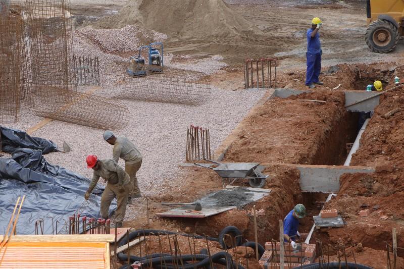 No período de um ano, 702 mil postos de trabalho foram cortados na construção civil