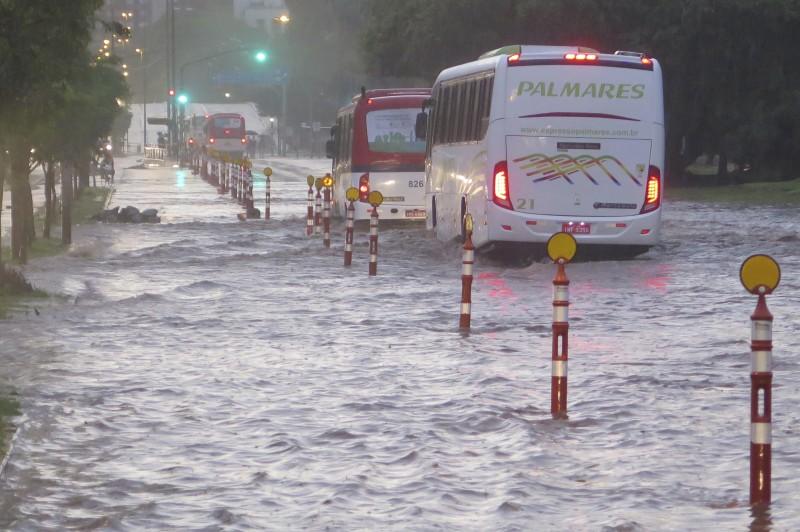 Avenida João Pessoa teve o trânsito bloqueado no Centro da Capital