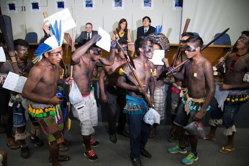 Índios protestaram contra decisão e invadiram coletiva no instituto