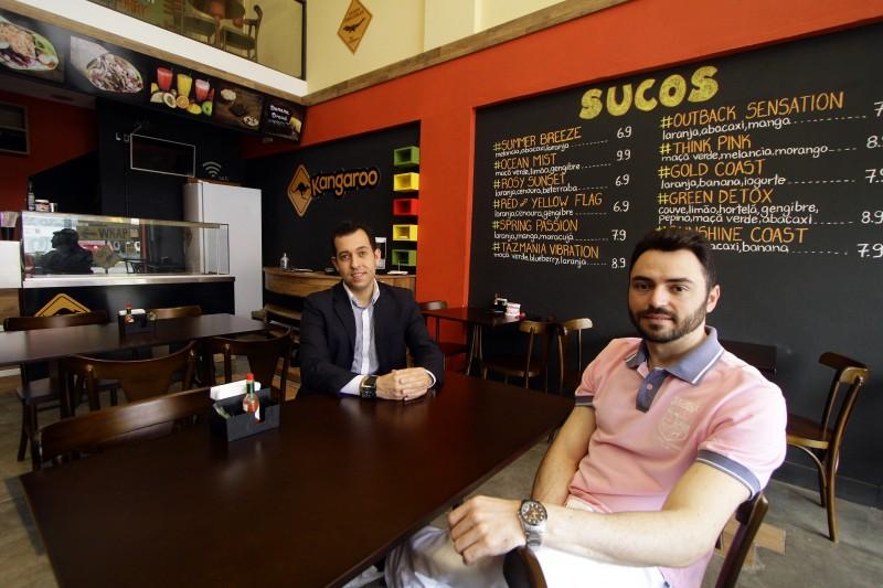 Renan Farias Santos e Laerte Fagundes: apesar de poucas horas livres, amigos de infância abriram restaurante australiano na Zona Sul de Porto Alegre