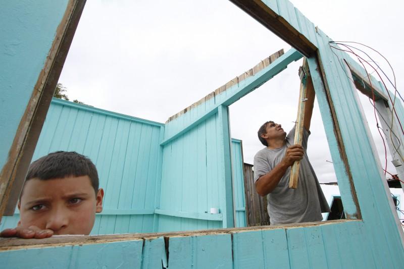 Ocupantes desmontaram casas com cuidado para reaproveitar madeira