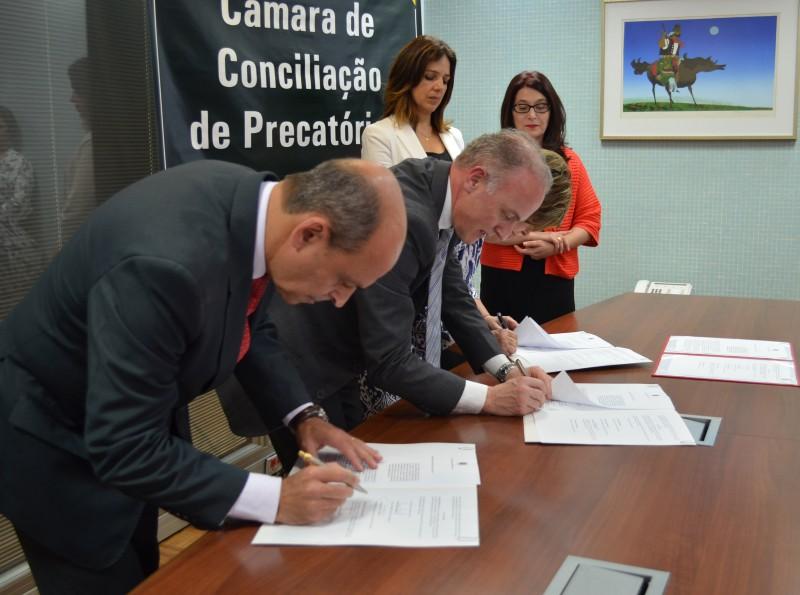 Desembargador Carmargo e procurador Ruschel assinaram cooperação