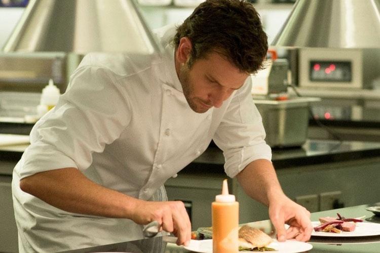 Bradley Cooper vive o chef de cozinha em Pegando fogo