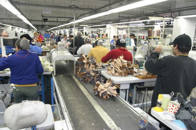 Produtos com valor agregado, como calçados, resistem no comércio