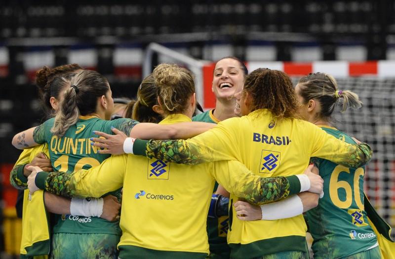 Seleção feminina de handebol comemora classificação na Dinamarca