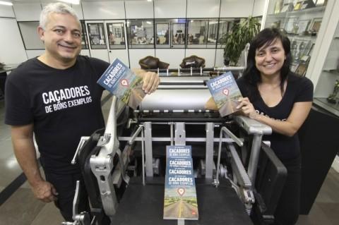 Visita a redação do Jornal do Comércio de Iara Xavier e Eduardo Xavier do projeto Caçadores de Bons Exemplo.    Na foto:  Iara Xavier e Eduardo Xavier com o livro