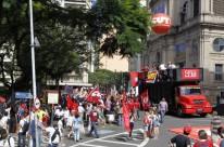 Manifestantes reuniram-se na praça da Matriz, em frente ao Palácio Piratini