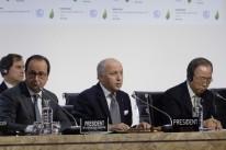 François Hollande (e), Laurent Fabius (c) e Ban Ki-moon elogiaram o texto