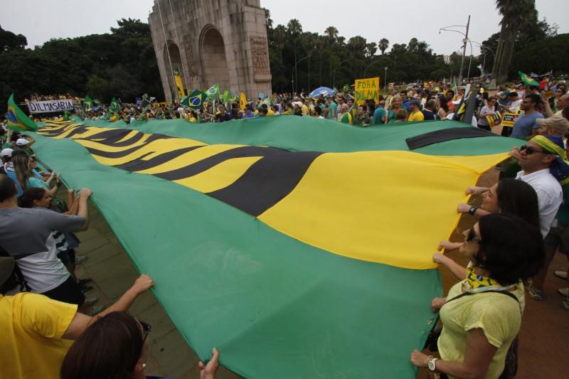 Defensores do impeachment se reúniram junto ao Monumento do Expedicionário