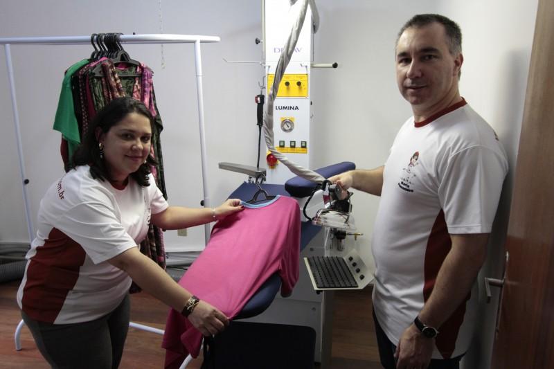 Maria Passadeira, que é especializada na atividade de passar roupas, foi criada por Fabíola Braga Torres e Alex Cardoso