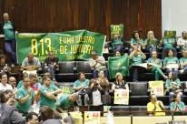 Insatisfeitos com a obstrução ao aumento da categoria, servidores protestaram nas galerias do plenário