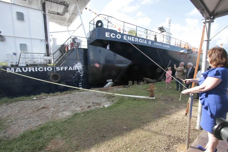 Primeira-dama Maria Helena Sartori (d) foi a madrinha dos novos barcos da companhia