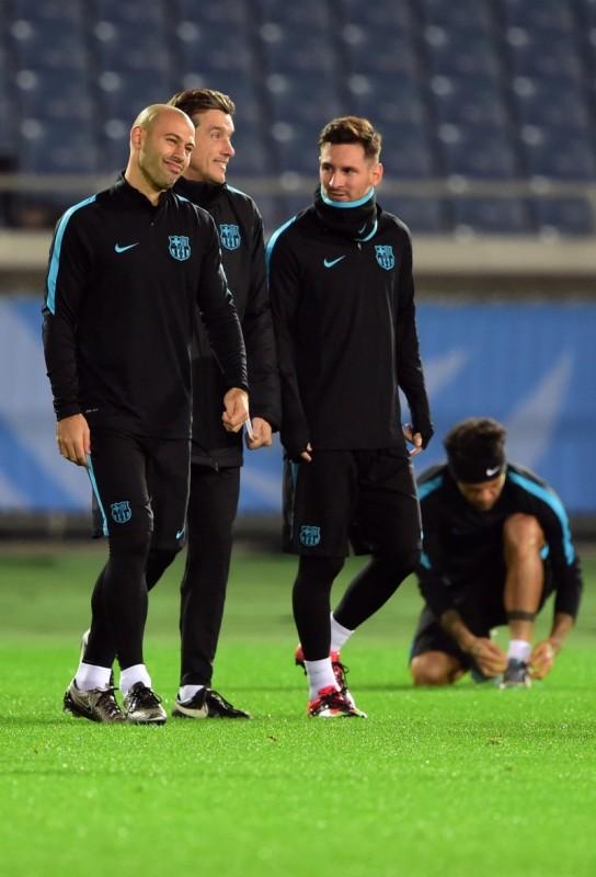 Lionel Messi (d) é o 'maestro' da equipe espanhola