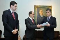 Sartori entregou projetos pessoalmente ao presidente da Assembleia Legislativa