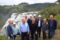 Secretário de Minas, Lucas Redecker (capacete branco ao centro) garante que a cachoeira do rio Lajeado Grande será preservada