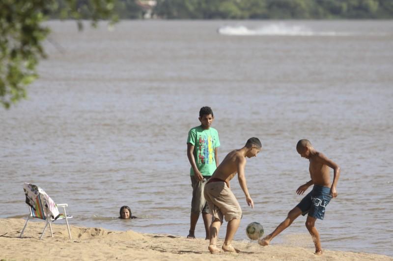 Temperatura acima de 30 graus levou muitas pessoas à orla de Ipanema