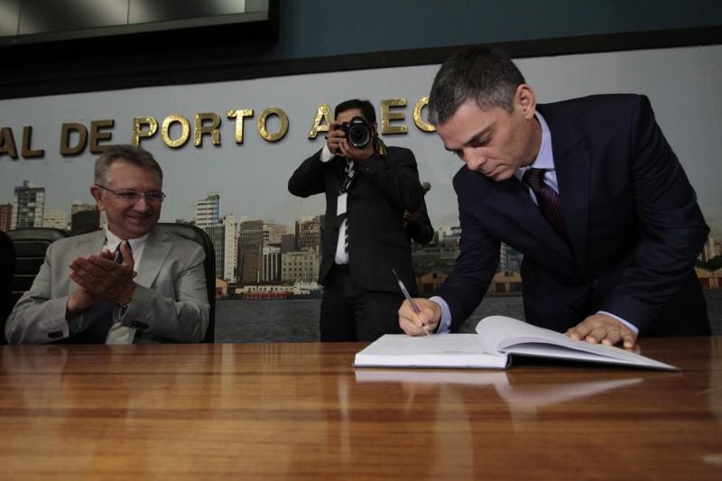 Vereador Cassio Trogildo, que tem mandato garantido por liminar, assina termo de posse na Mesa Diretora