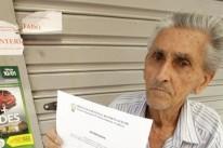 Fernandes exibe o documento que autorizoua transferência para um local já ocupado