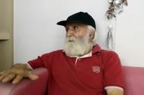 Carlos Bahlis conta com o apoio de uma vizinha para recuperar ponto de fruteira