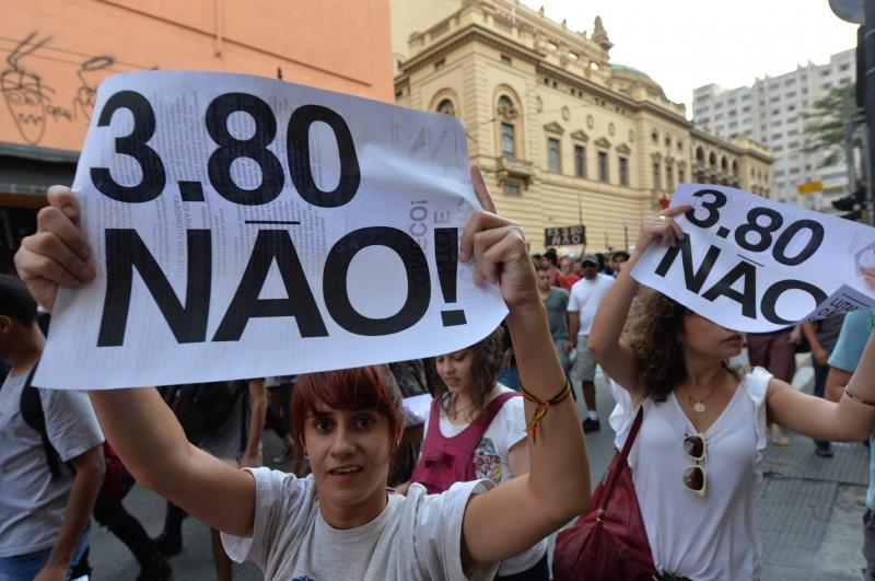 Protesto ocorreu por causa do aumento do preço da passagem de ônibus