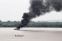 Lancha pegou fogo por volta do meio-dia no lago Guaíba