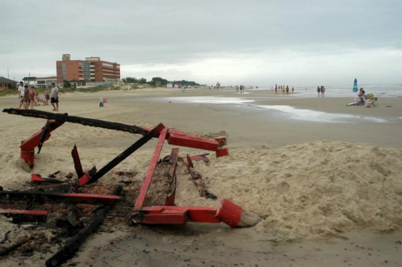 pg3 vandalismo na guarita do salva-vidas da praiaa de Araçá Capão da Canoa - beto rodrigues