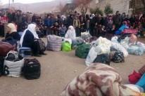 Moradores de Madaya aguardam chegada de comboio da Cruz Vermelha