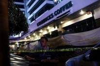 Agressores detonaram explosivos e abriram fogo em uma área comercial
