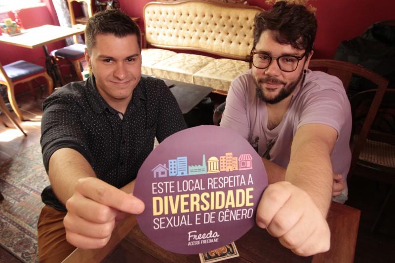 Entrevista para o GeraçãoE sobre a plataforma Freeda,que opera em defesa do empoderamento de mulheres e da população LGBT na luta contra sexismo e bi-homo-lesbo-transfobia.     na foto: Gabriel Galli e Guilherme Gomes Ferreira