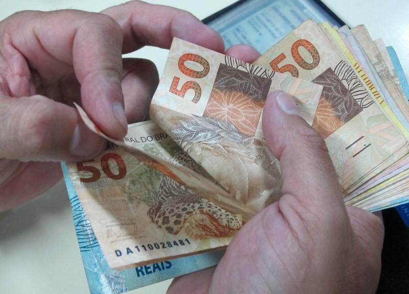 Recessão no País e os juros altos diminuem a procura por empréstimos