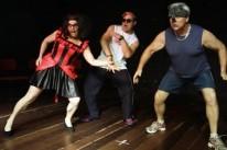 Cíntia Ferrer, Jones Calisto e Oscar Simch na peça O bandejão - A comédia com carne a mais