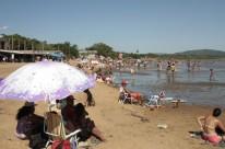 Com as altas temperaturas, praia do Lami, no Extremo-Sul da Capital, ficou lotada neste domingo