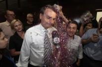 Durante entrevista, o líder da direita foi coberto de purpurina jogada pelos militantes do movimento LGBT