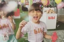Criança tailandesa se diverte no lançamento da coleção