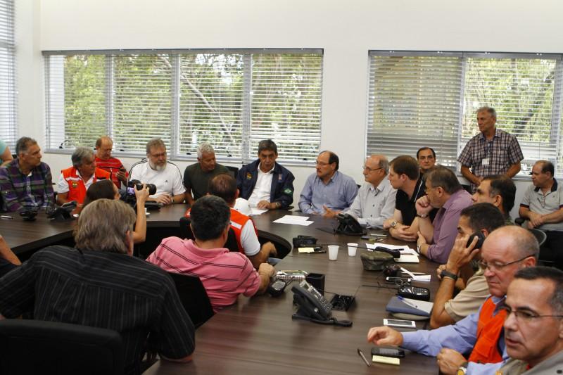 Autoridades municipais e estaduais se reuniram na tarde de domingo