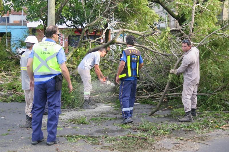 Equipes da EPTC monitoram as ruas enquanto estão sendo realizados trabalhos para liberar todas as vias