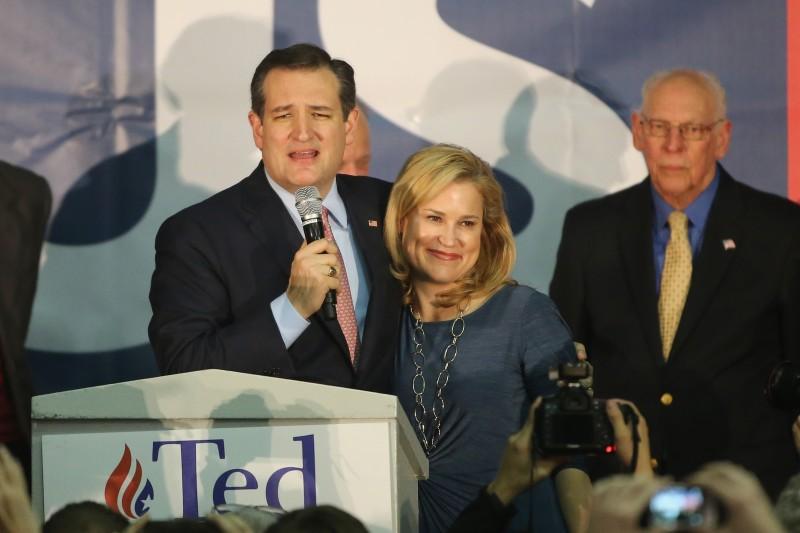 Ao lado da esposa e do pai, o senador Ted Cruz comemora a vitória em Iowa