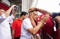 Camisa 10 chorou durante a entrevista e foi abraçado por torcedores