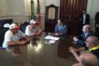 Prazo foi confirmado pelo chefe da Casa Civil, Márcio Biolchi (c), aos representantes das centrais sindicais