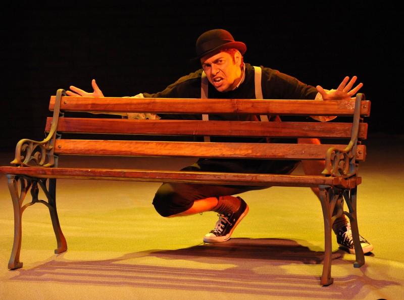 Ator Leo Barison trabalha no espetáculo O monstro dos olhos verdes, de Camilo de Lélis